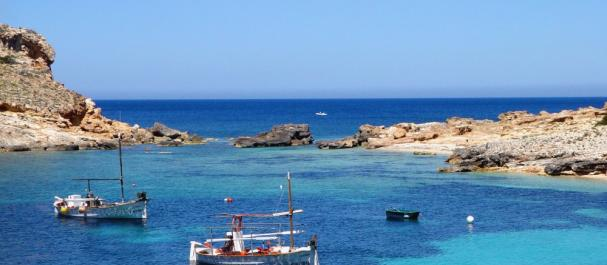 Fotografía de Playa de en Bossa: Barcos de pescadores en Ibiza
