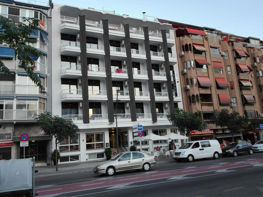 Pareja acompañante del hotel pequeño cerca de Alicante