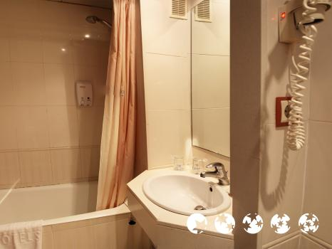 Badezimmer - Hotel GHT Oasis Tossa & Spa
