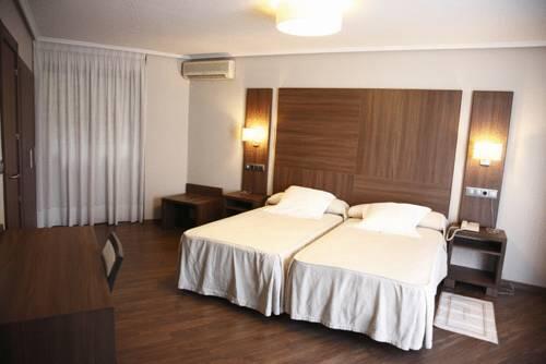 Apartamentos turisticos cesaraugusta zaragoza for Hotel habitacion familiar zaragoza