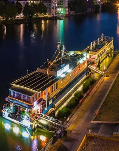 Photo – Eastern & Western Comfort Hostelboat