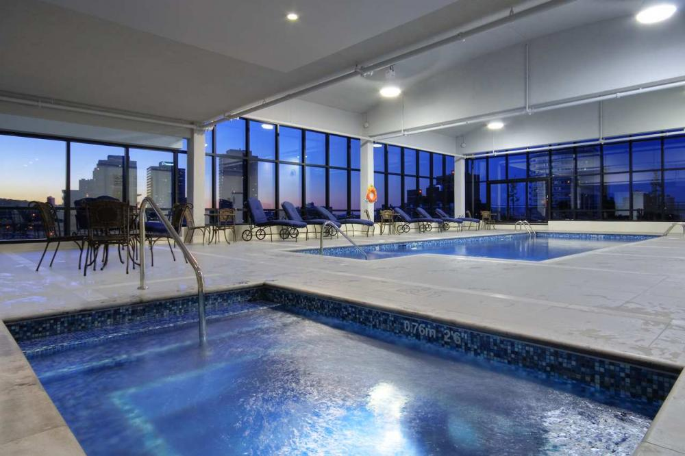 Hotel doubletree by hilton montreal centre ville for Hotel piscine montreal