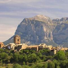 Vista Aínsa y Peña Montañesa