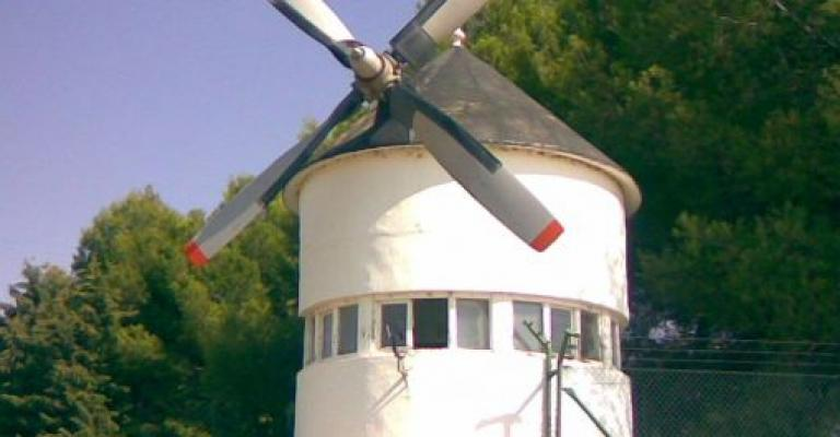 Foto von Kastilien-La Mancha: Molino hecho de un avión