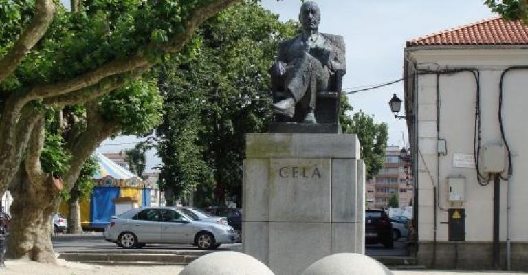 Foto von La Coruña: Estatua de Camilo José Cela en Padrón