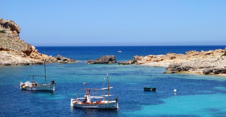 Foto von Platja d'en Bossa: Barcos de pescadores en Ibiza
