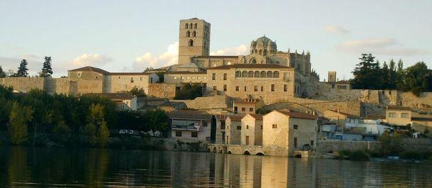 Fotografía de Castilla y León: Catedral de Zamora, vista desde la otra orilla del
