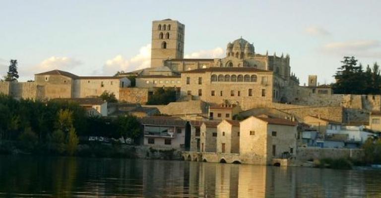 Fotografía de Zamora: Catedral de Zamora, vista desde la otra orilla del