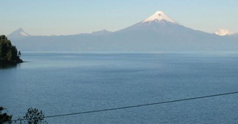 Foto Cile: El lago Llanquihue con el Volcan Osorno al fondo