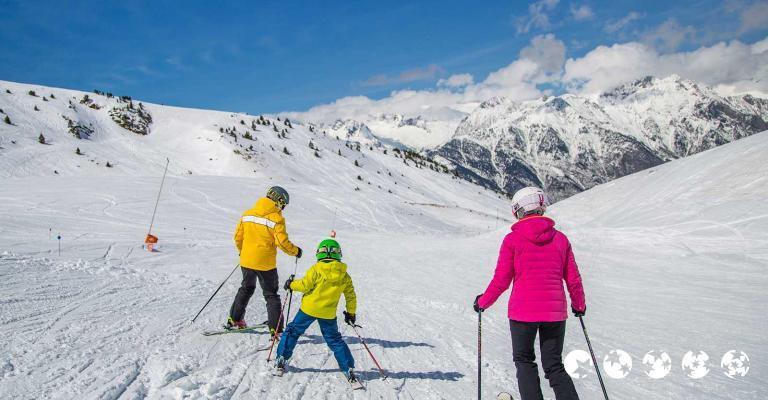 Fotografía de : Familia esquiando en la Pista Barranco